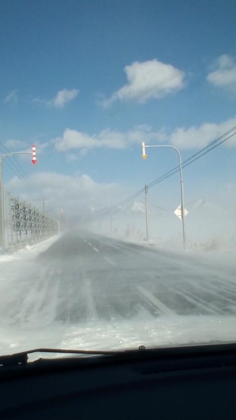 然別湖にドライブ中、地吹雪